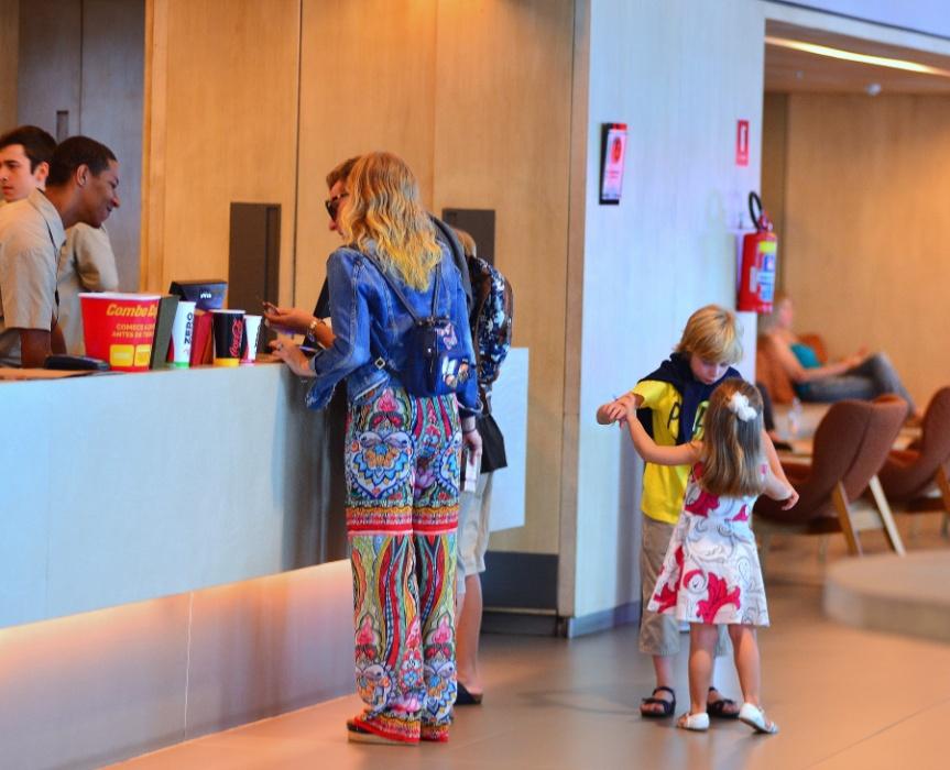 20.mar.2016 - Luciano Huck e Angélica são fotografados no cinema com os filhos Benício e Eva. Joaquim, o filho mais velho, não parece nesta imagem, mas estava junto no passeio