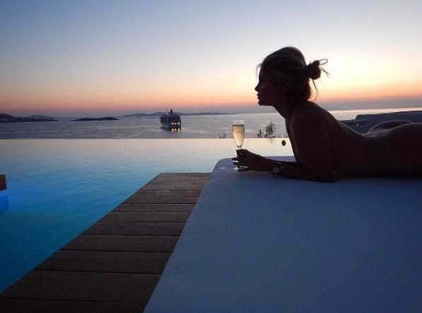 5.set.2016 - Posta nudes! Bárbara Evans aproveitou a viagem que fez à Grécia e posou em diversos cenários paradisíacos. Em uma das fotos, porém, a beldade ousou ao fazer um clique totalmente nua, como veio ao mundo. Os seguidores bombardearam a conta da modelo com elogios.