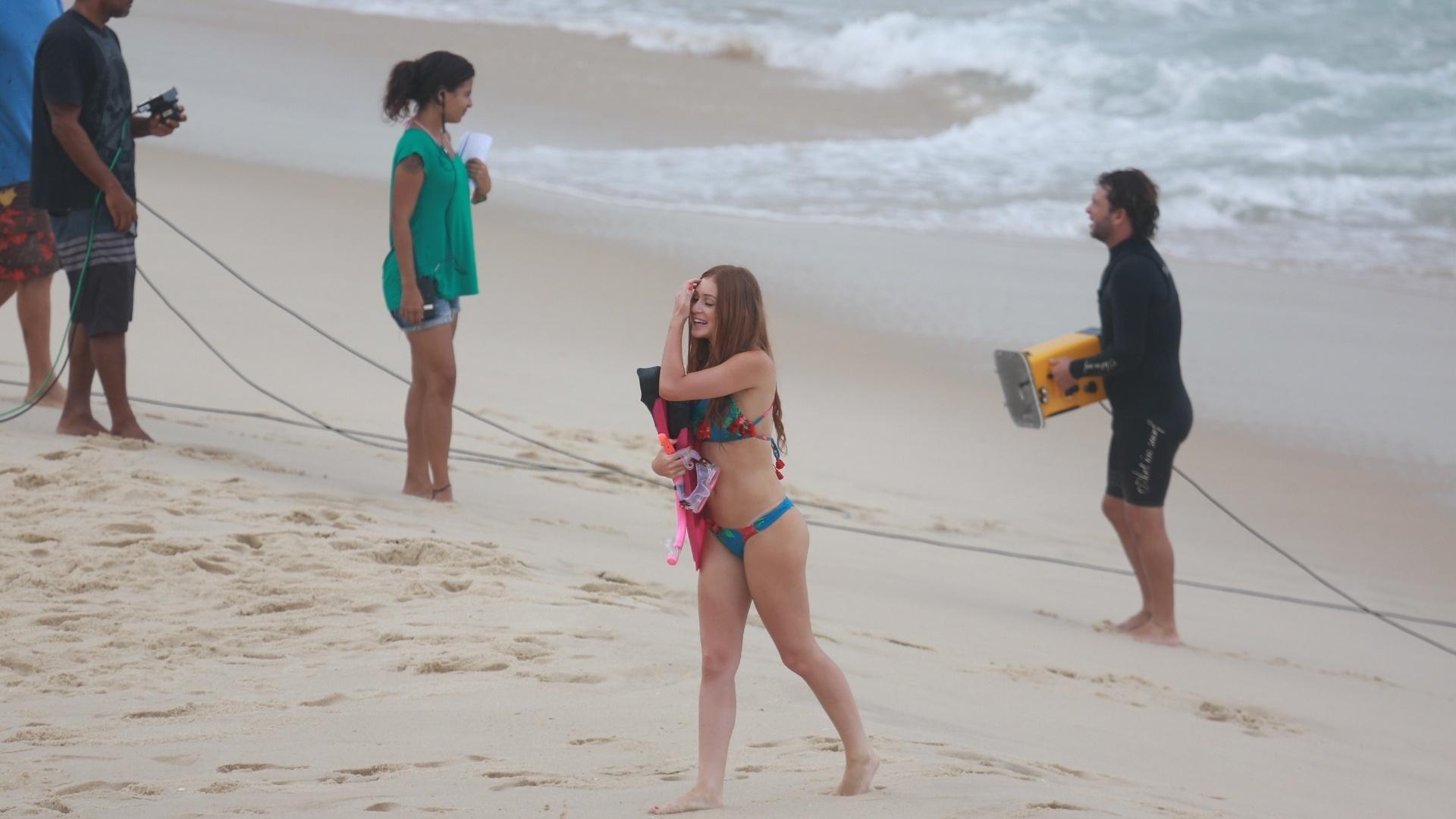 17.fev.2016 - A personagem de Marina Ruy Barbosa, Eliza, não sabe nadar, mas insiste em ser fotografada na praia. Um acidente da ruiva obriga Arthur (Fábio Assunção) a salvá-la