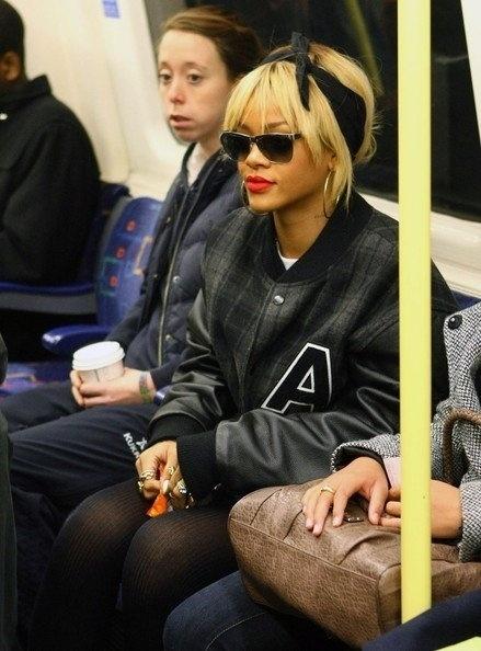 29.jul.2015 - Outra diva da música americana mostra estilo ao utilizar o transporte público. Loira, Rihanna usa óculos escuros no metrô