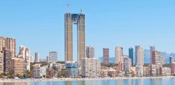 9.ago.2013 - Arranha-céu na Espanha tem 47 andares, mas elevador apenas para os 20 primeiros