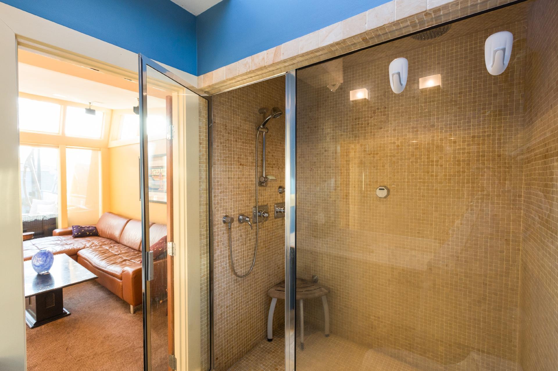 em azulejos em tons terrosos. O espaço conta também com um banco com #9F712D 1920x1279 Azulejo Banheiro Deitado Ou Em Pé