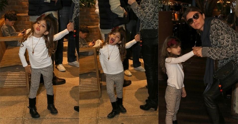 13.set.2015 - Sophia, filha de Grazi Massafera e Cauã Reymond, fez graça para o fotógrafo ao perceber que estava sendo fotografada e mostrou a língua, na tarde deste domingo. De mãos dadas com a filha, Grazi Massafera foi clicada deixando um restaurante no Shopping Cidade Jardim, em São Paulo