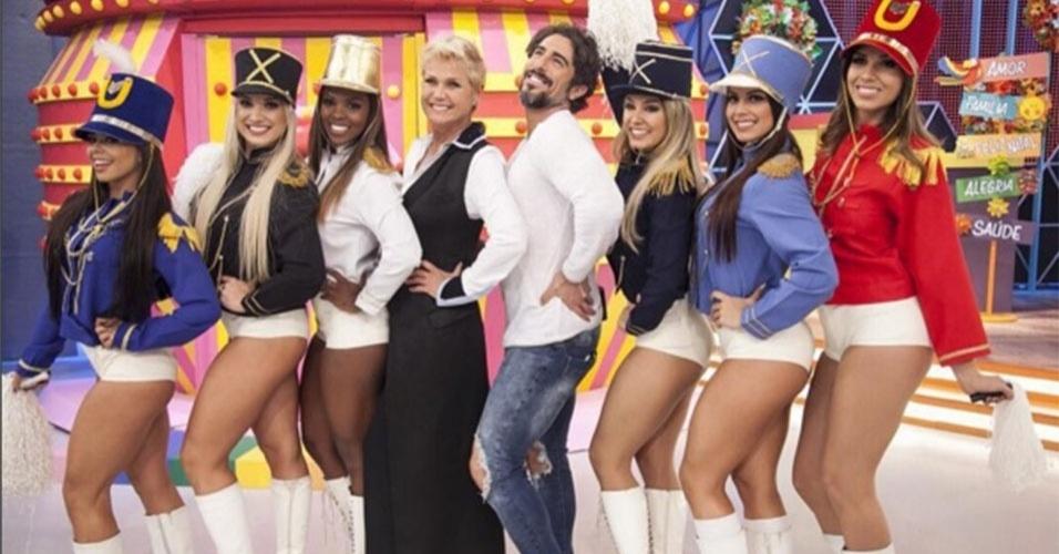 18.dez.2015 - Ao lado de Xuxa Meneghel, Marcos Mion brinca de ser paquita e até faz pose como uma das famosas assistentes da apresantadora.