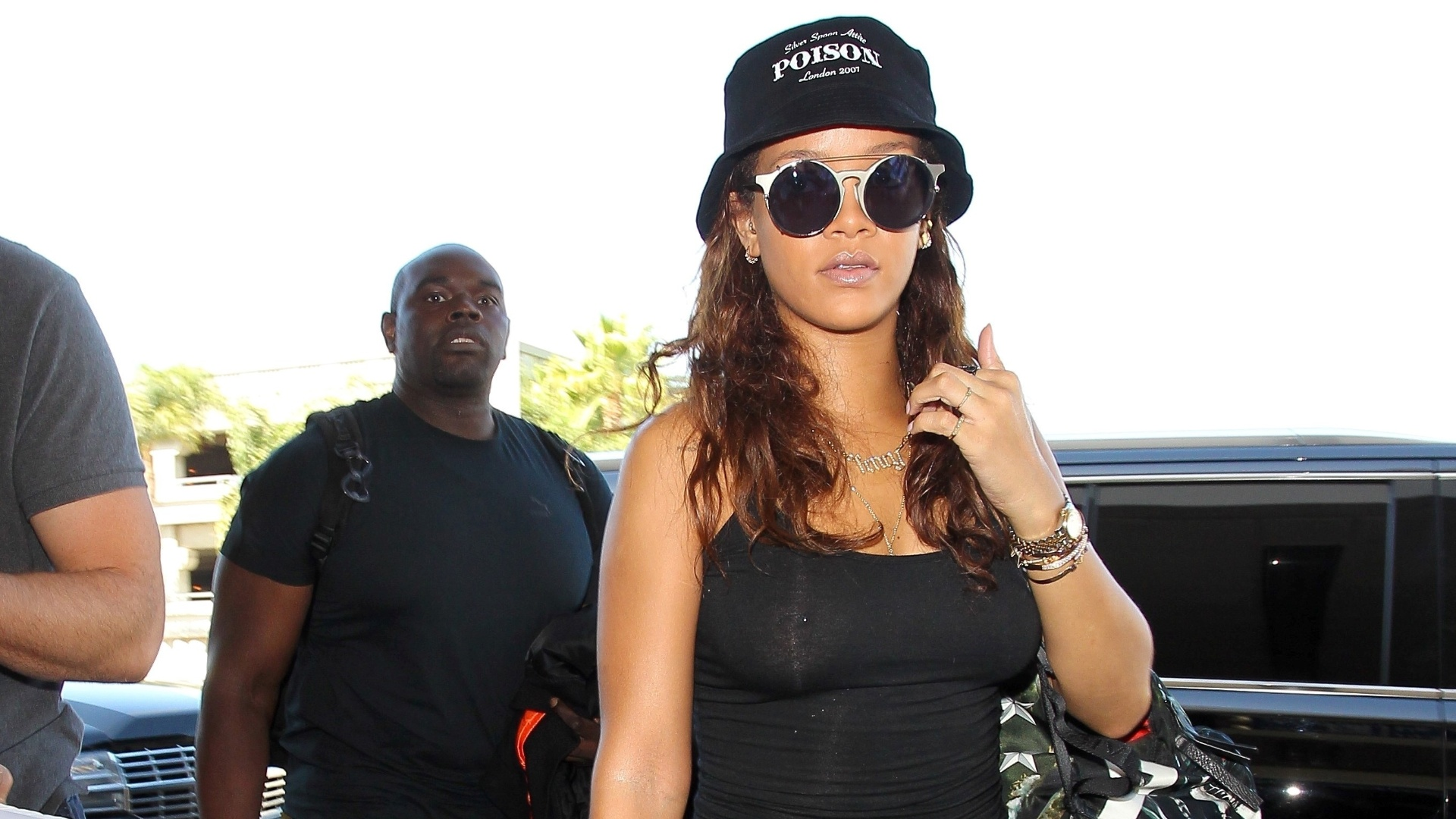 24.set.2015 - De pantufas, Rihanna embarca em Los Angeles para o Rock in Rio
