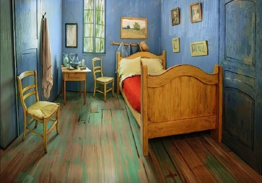 A decoração do quarto, que pode ser alugado por R$ 36 (cada noite) no site de hospedagem Airbnb (www.airbnb.com), é assinado pelo museu Art Institute of Chicago. O quadro Quarto em Arles, de Van Gogh é a inspiração