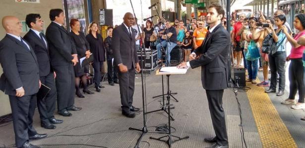 Coro Lírico de SP apresenta músicas natalinas em terminais de ônibus