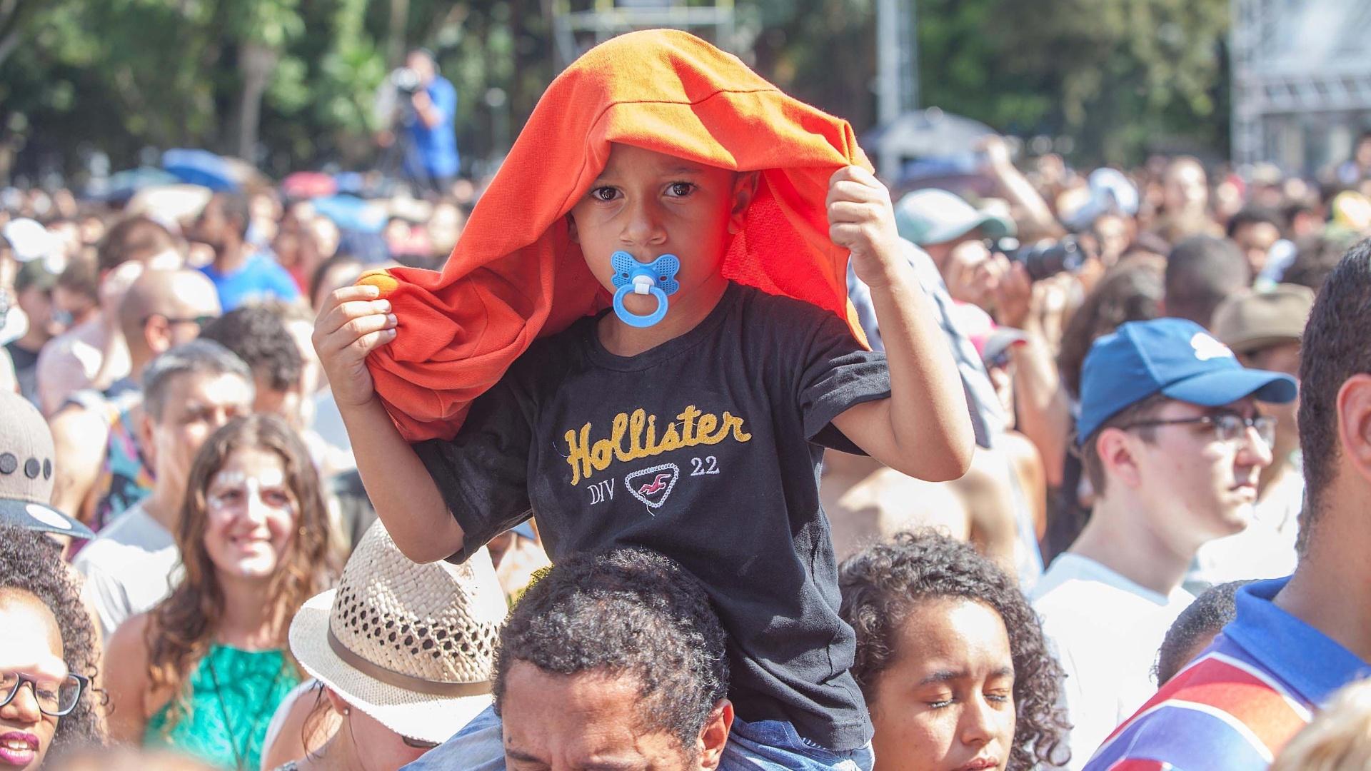 25.jan.2016 - Garotinho se protege do sol ao assistir show grátis em comemoração aos 462 anos de São P