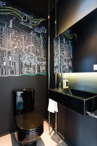 uol decoracao lavabo:Um lavabo atende a área de convivência integrada do apartamento