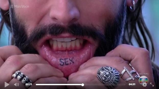 24.ago.2016 - Henri Castelli mostra a tatuagem 'sex' no lado interno de seu lábio inferior, no