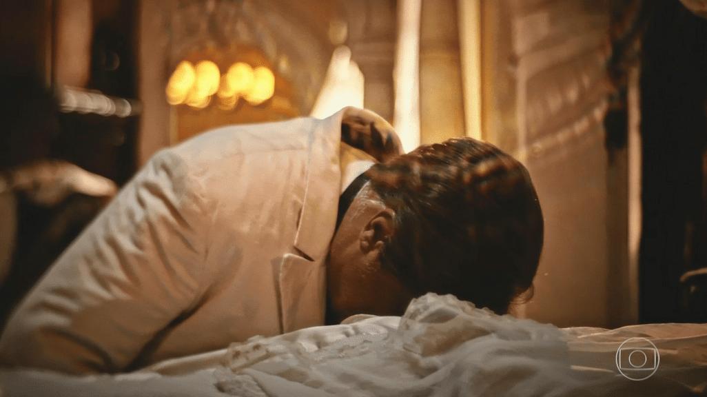 Afrânio (Antonio Fagundes) não resiste e chora pela morte da mãe, Encarnação (Selma Egrei) em