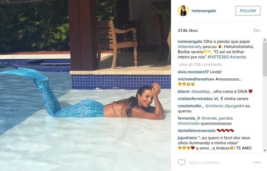 27.dez.2015 - Ivete Sangalo sensualiza com cauda de sereia na piscina.