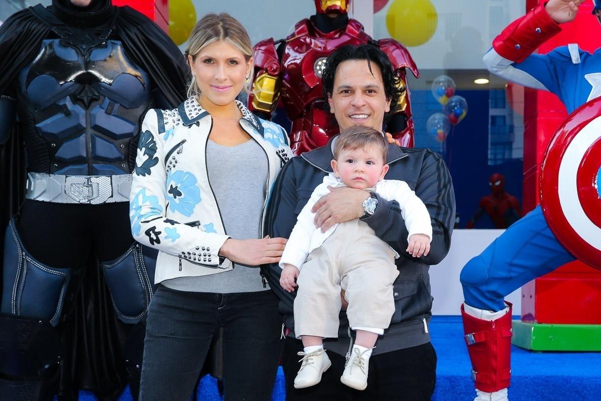 13.ago.2013 - João Marcelo Bôscoli comparece ao aniversário do filho, Arthur, com sua mulher, a pianista Juliana D'Agostini, e o filho mais do casal, André