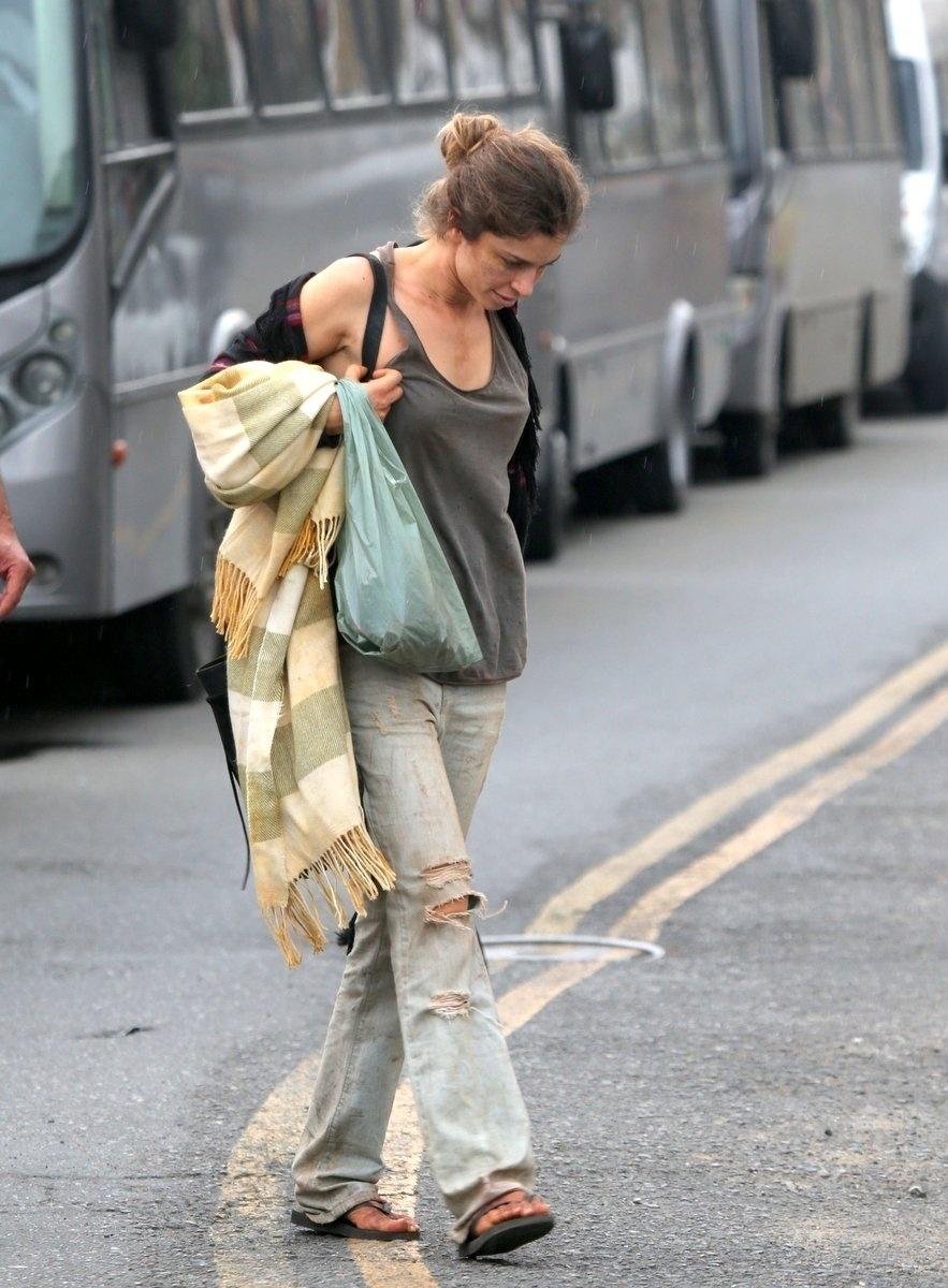 08.set.2015 - Grazi circulou com cobertor, travesseiro e cobertor. As cenas mostram que Larissa chegou ao fundo do poço por causa das drogas na novela