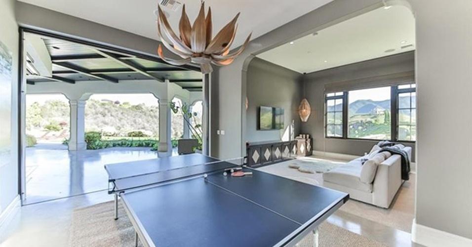 O salão de jogos está localizado ao lado da sala de cinema, na mansão de Britney Spears, na Califórnia (EUA). A mesa de ping-pong é uma das atrações do espaço