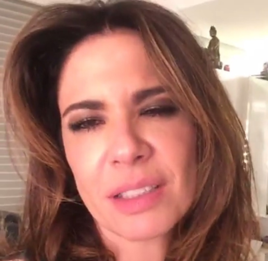 14.ago.2015 - Luciana Gimenez divaga sobre chocolate, malhação e gatos em vídeo ao vivo no Facebook