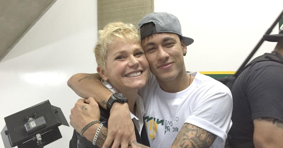 20.ago.2015 - Xuxa posa com Neymar durante visita ao Instituto Neymar Jr., em Praia Grande, interior de São Paulo