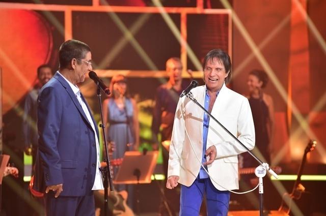 7.nov.2016- Roberto Carlos se diverte no palco do seu especial ao lado de Zeca Pagodinho
