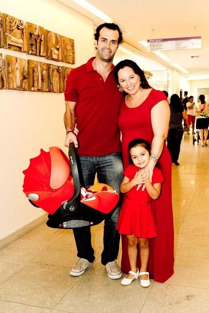 8.fev.2016 - A cantora Mari Belém, filha de Fafá de Belém, deixou maternidade em SP nesta segunda (8) após dar à luz sua segunda filha, Julia, que nasceu na sexta. Na foto, a artista aparece ao lado do marido, o empresário Cristiano Saab, e da filha Laura, de 4 anos. O bebê nasceu de parto normal, com 4,1 kg e 52 cm. No Instagram, Fafá disse: