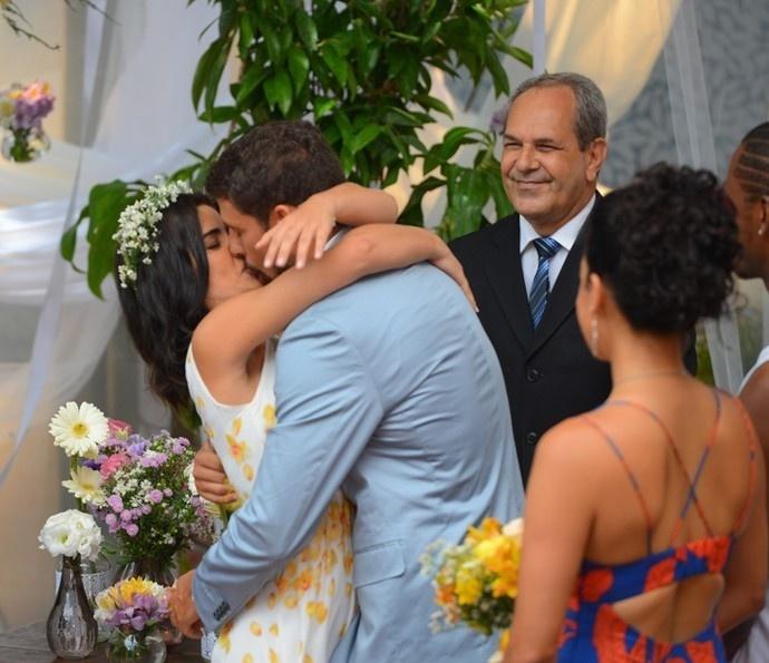 Tóia (Vanessa Giácomo) e Juliano (Cauã Reymond) se casam no hostel de Adisabeba (Susana Vieira) em