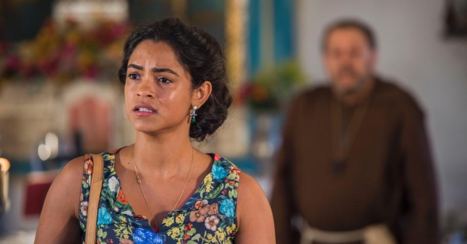 Luzia (Lucy Alves) fica desorientada após Padre Benício (Carlos Vereza) lhe apresentar Tereza (Camila Pitanga)