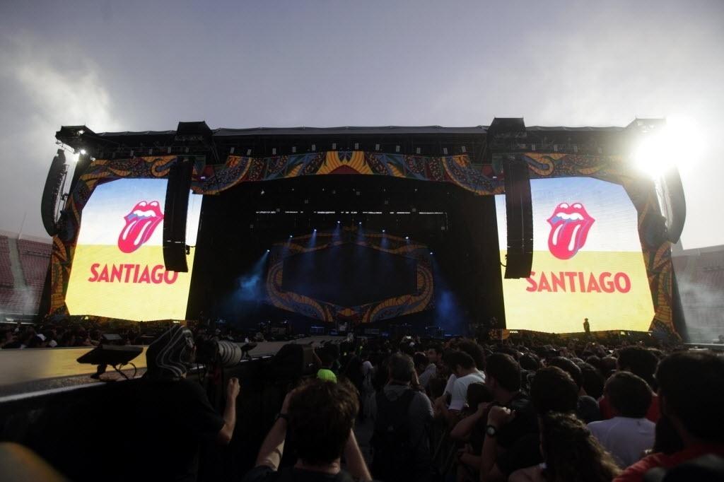 3.fev.2015 - Público lota o Estádio Nacional, em Santiago, no Chile, para acompanhar a apresentação dos Rolling Stones