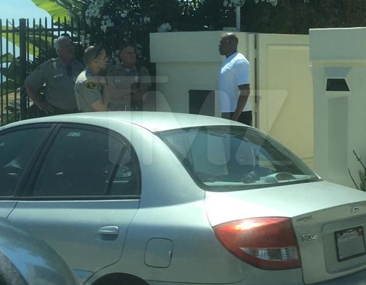 O site especializado em celebridades TMZ divulgou fotos da abordagem policial em frente à casa de Dr. Dre, em Malibu