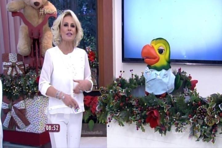 Em especial, o papagaio Louro José veste figurino branco em homenagem a Roberto Carlos