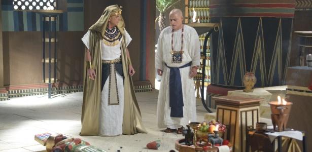 Sérgio Marone dá banho como o faraó Ramsés, tanto na novela como no longa-metragem