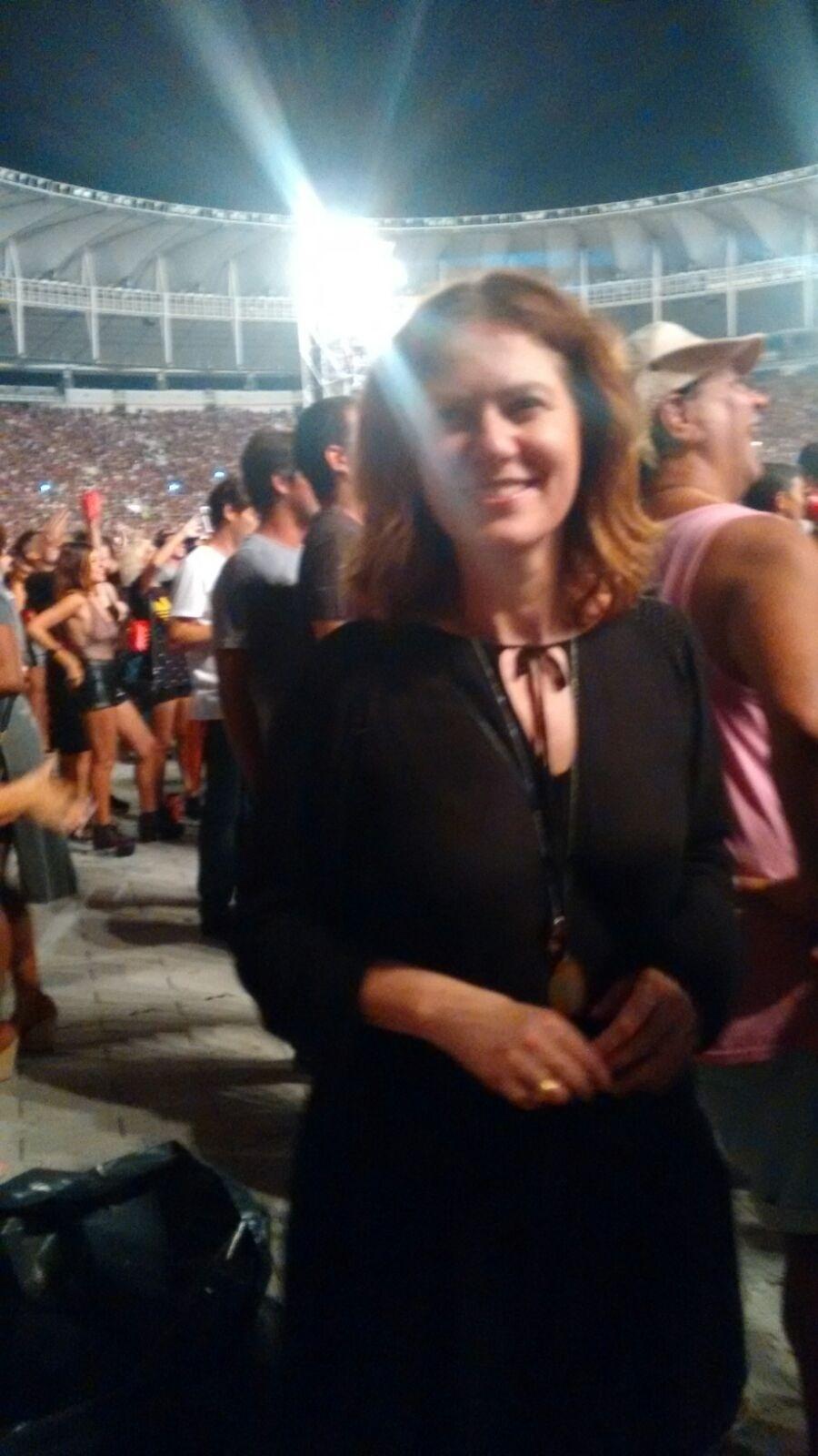 20.fev.2016 - Patrícia Pillar chegou sorridente, fez selfies com fãs, mas concentrou toda a sua atenção para o palco quando Mick Jagger apareceu. A banda se apresentou neste sábado (20), o primeiro show da turnê