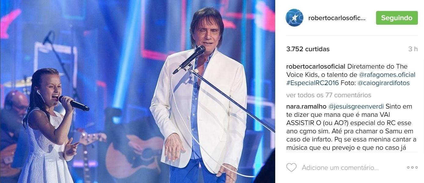 8.nov.2016 - Roberto Carlos surpreendeu o público e foi aplaudido de pé ao cantar