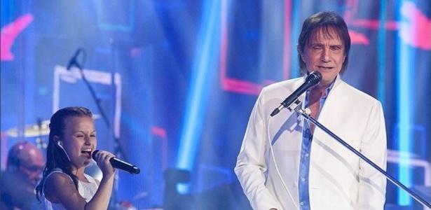 """8.nov.2016 - Roberto Carlos canta com Rafa Gomes, do """"The Voice Kids"""", no especial da Globo"""