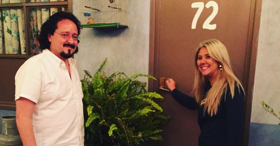 21.nov.2015 - Luciana Yonekawa e Alberto Negrete em frente à casa do Seu Madruga