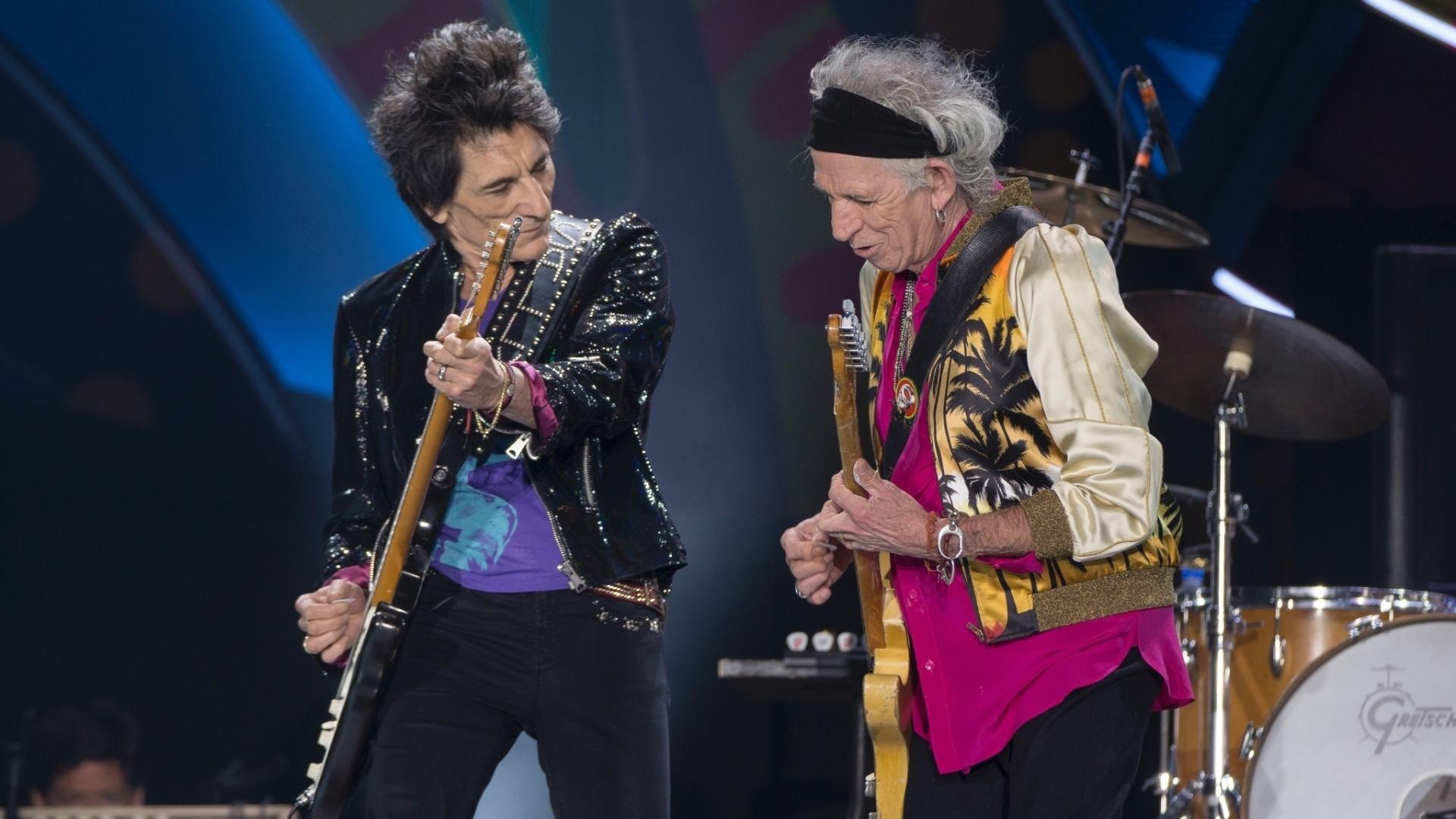 3.fev.2016 - Ron Wood e Keith Richards, guitarristas dos Rolling Stones, durante show da banda em Santiago (Chile) na