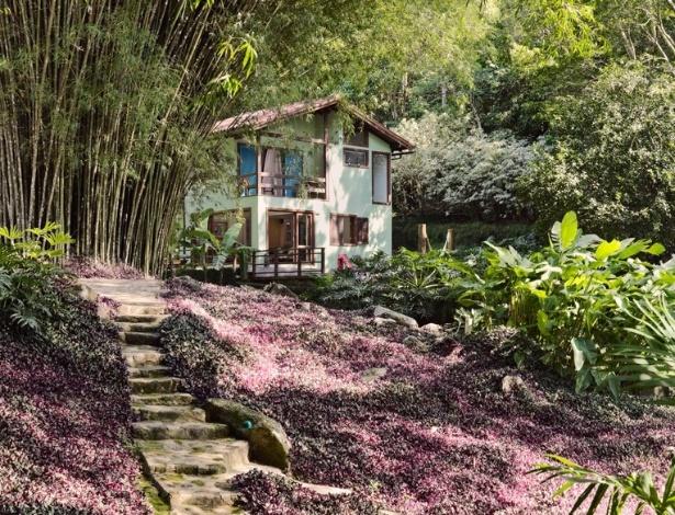 Os caminhos de pedra são traçados e respeitam tanto a localização dos bambuzais (Bambusa vulgaris), originais do terreno em declive, quanto os canais que conduzem a água da chuva para o mar. O jardim desenhado pela arquiteta e paisagista Tania Manela Kurc fica em um sítio na Ilha Grande (RJ) e foi um dos vencedores do Prêmio Casa Claudia Design de Interiores, em 2015