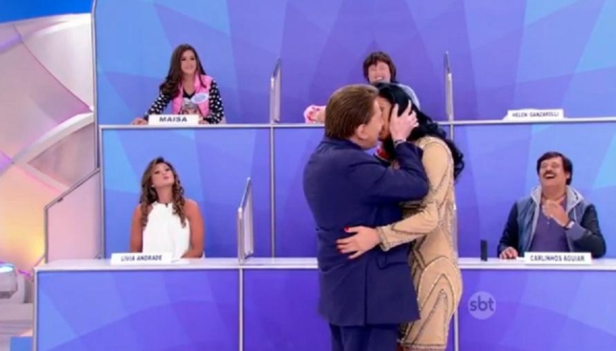 Silvio Santos simula cena romântica com Helen Ganzarolli