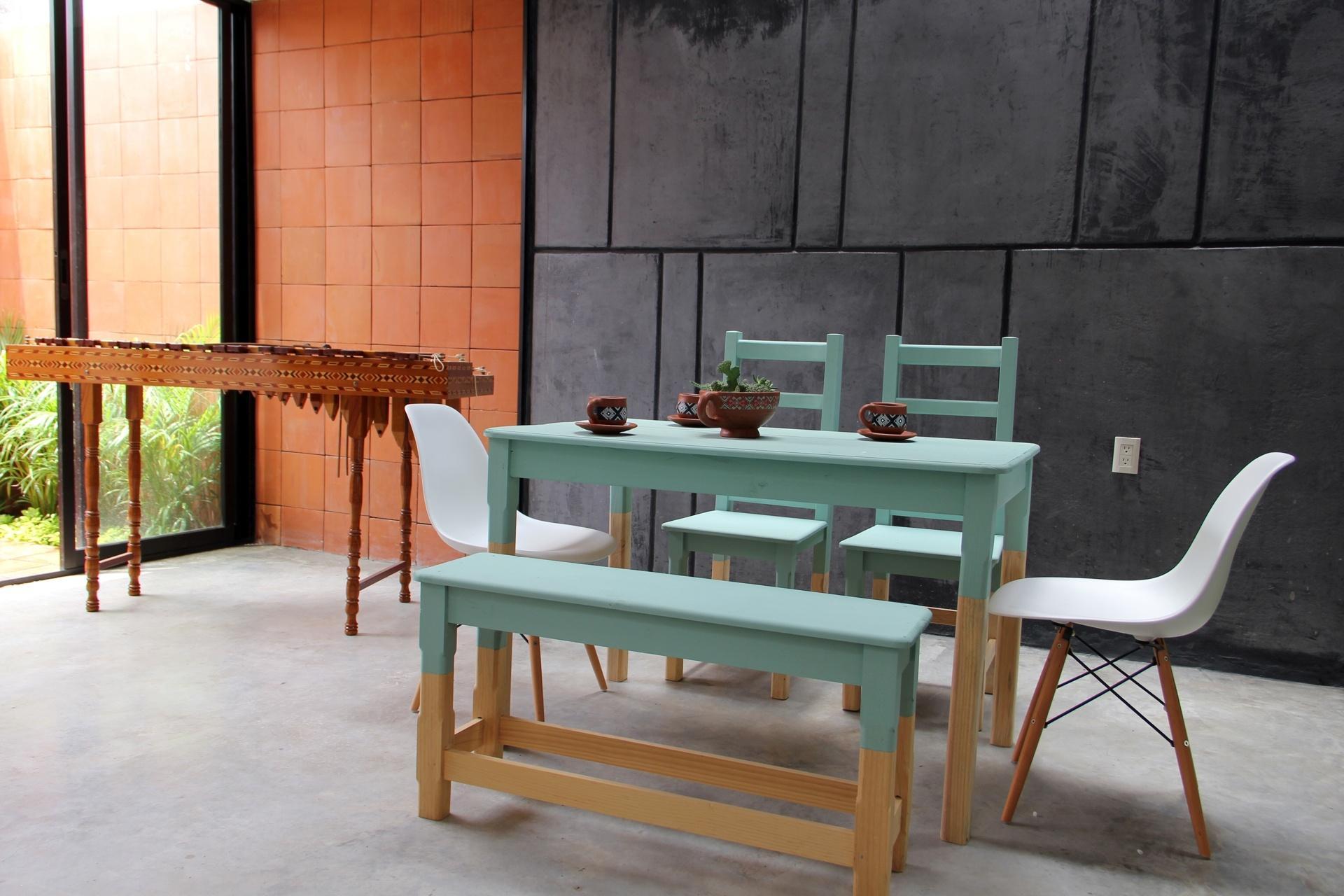 de assentos que mistura o 'design' simples e rústico (das cadeiras  #9B7E30 1920x1280