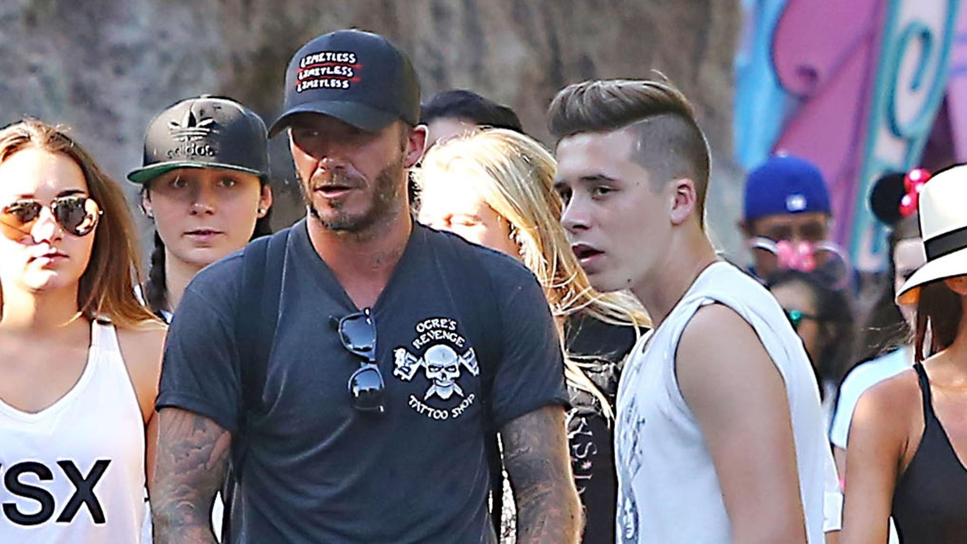 25.ago.2015 - David e Victoria Beckham levaram seus quatro filhos para curtir um dia na Disneylândia, em Anaheim (Califórnia), na segunda-feira. Na foto, o ex-jogador de futebol aparece conduzindo o carrinho com a caçula, Harper, de quatro anos. Os outros filhos do casal, Brooklyn (16 anos), Romeo (12 anos) e Cruz (10 anos) também aproveitaram o passeio em família