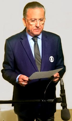 Flagrante do narrador Galvão Bueno, da Globo, decorando texto de chamada especial para o jogo de hoje.  Logo mais, depois de