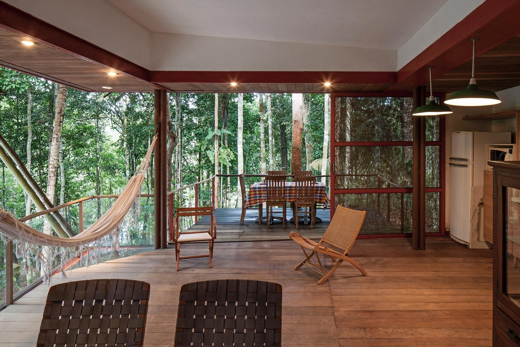 casa do Sítio Passarim tem um living integrado a uma pequena cozinha  #6E4431 1772 1181
