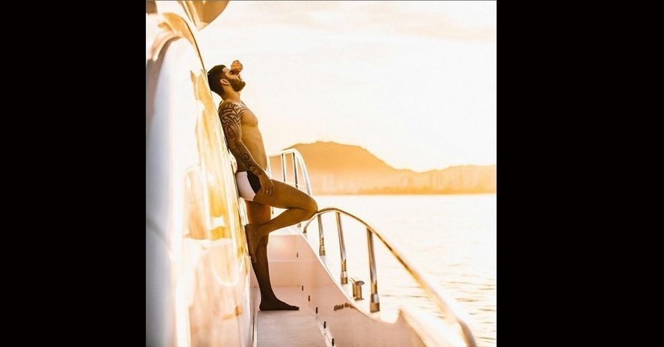 15.jul.2015 - Gusttavo Lima compartilhou uma imagem enquanto curtia as praias do Guarujá, litoral de São Paulo, no Instagram, nesta quarta-feira. Usando apenas sunga, ele exibiu sua ótima forma e filosofou.