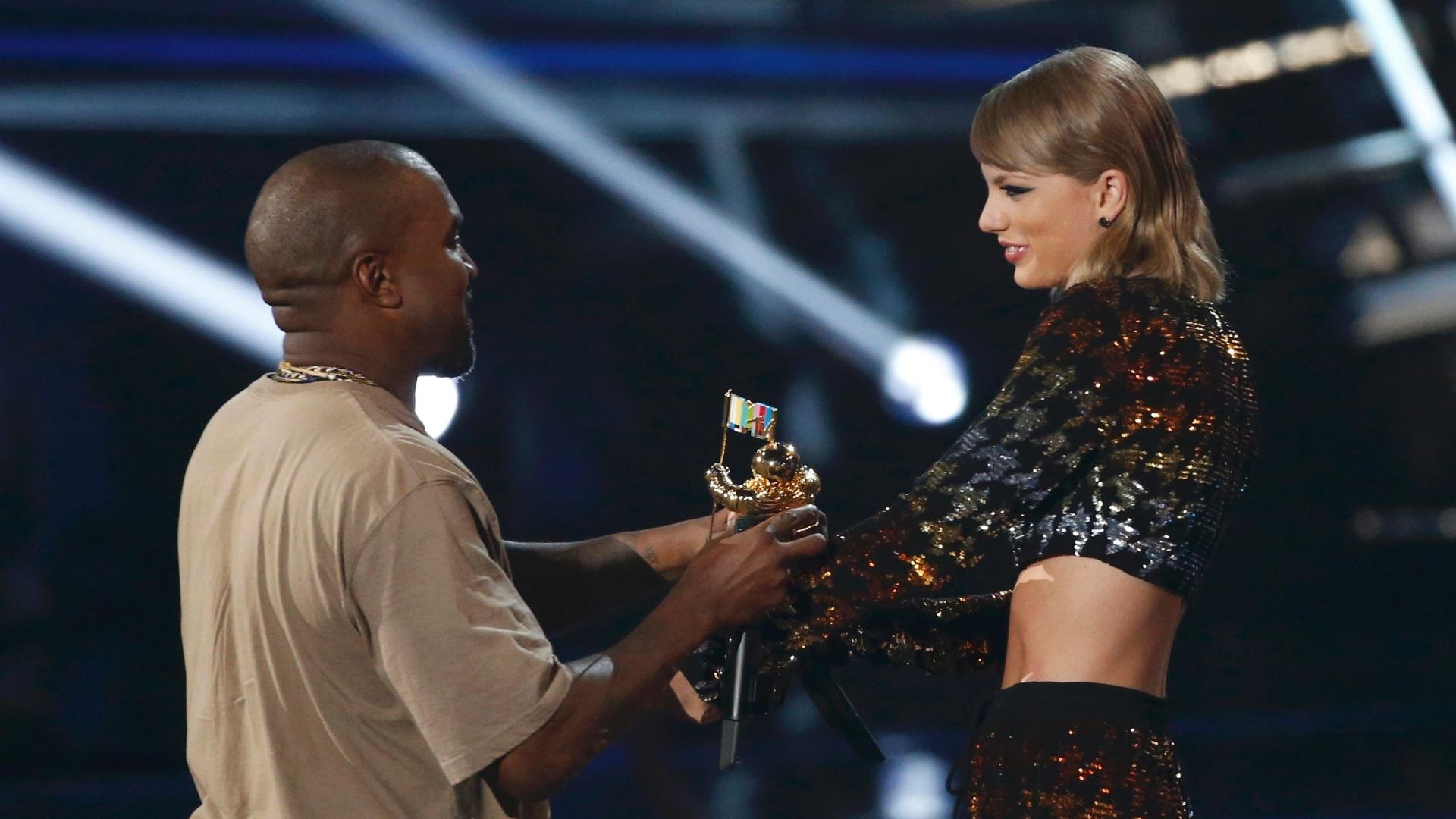 30.ago.2015 - Kanye West recebeu o prêmio de Michael Jackson Video Vanguard Award de Taylor Swift