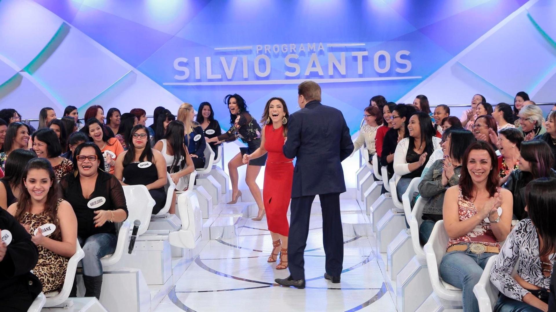 Silvio Santos brinca com a filha Patricia Abravanel no quadro