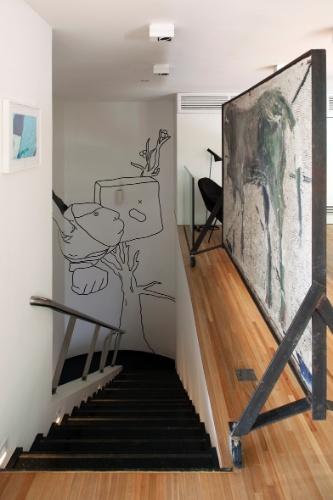 Obras de arte se espalham por todos os recantos da casa projetada por Vilanova Artigas e reformada por Arthur Casas. Destaque para o biombo assinado pelo artista José Spaniol (à dir.), que funciona como guarda-corpo da escada de ligação entre os pavimentos