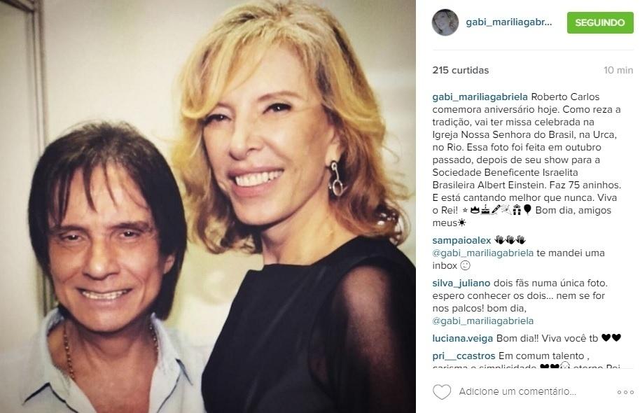 19.abr.2016 - Marília Gabriela parabeniza Roberto Carlos, que completa 75 anos nesta terça.