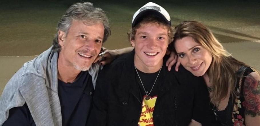 Pedro Novaes com os pais Marcello Novaes e Letícia Spiller nos bastidores de