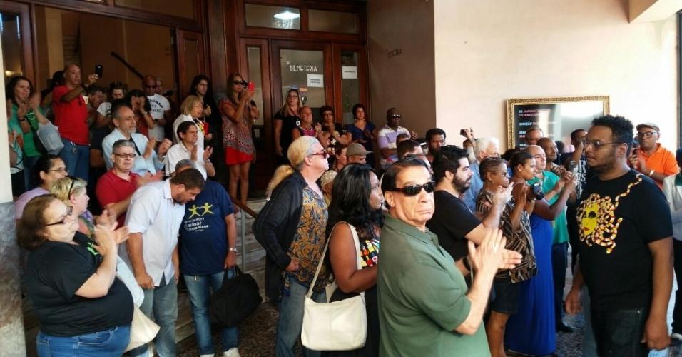 17.ago.2016 - Corpo de Elke Maravilha é levado do teatro Carlos Gomes, no centro do Rio, sob aplausos de amigos e fãs que participaram do velório