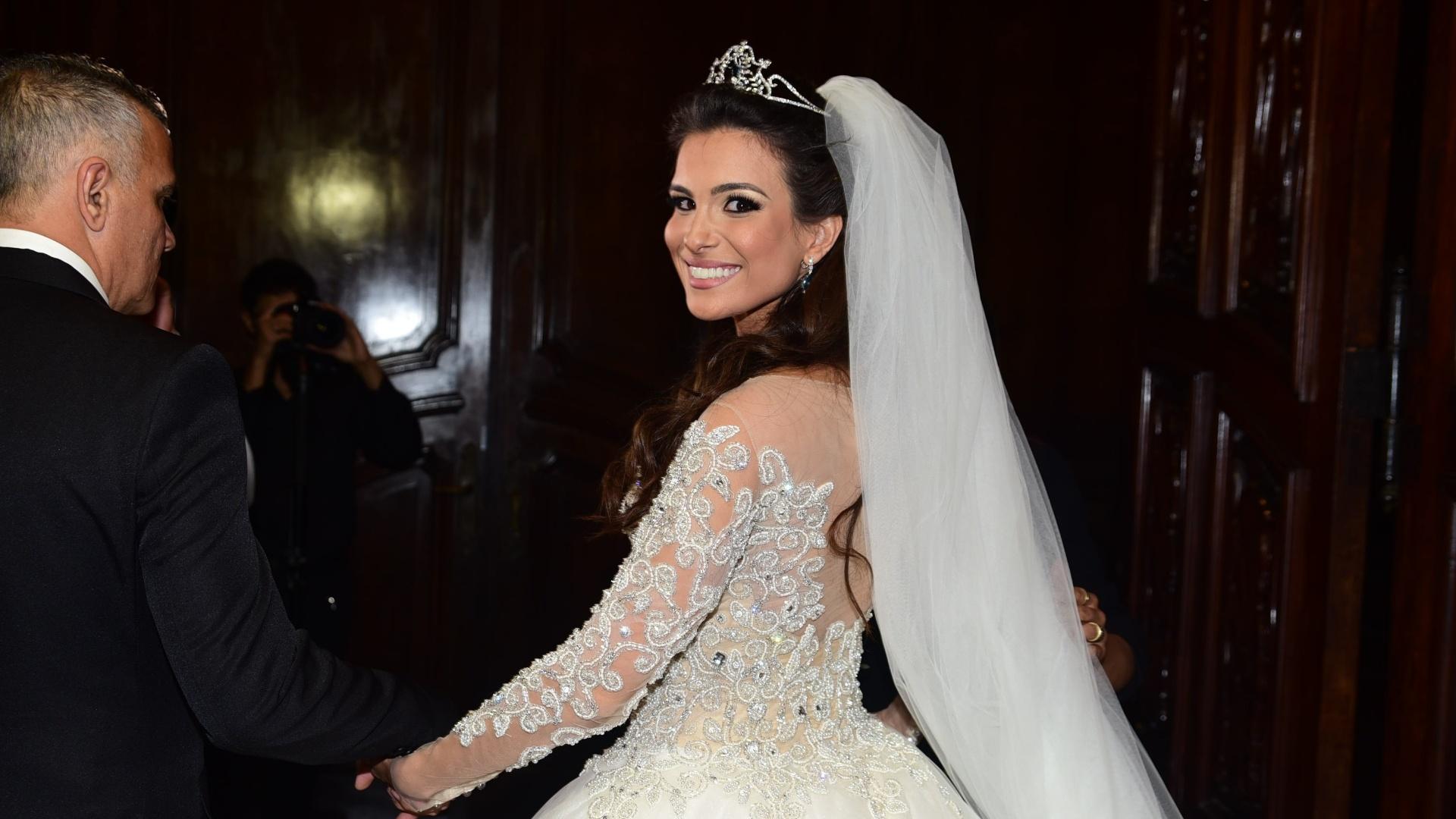4.set.2016 - Ao lado do pai, a ex-BBB Kamilla Salgado se prepara para entrar na igreja para a cerimônia religiosa de casamento com Eliéser Ambrósio