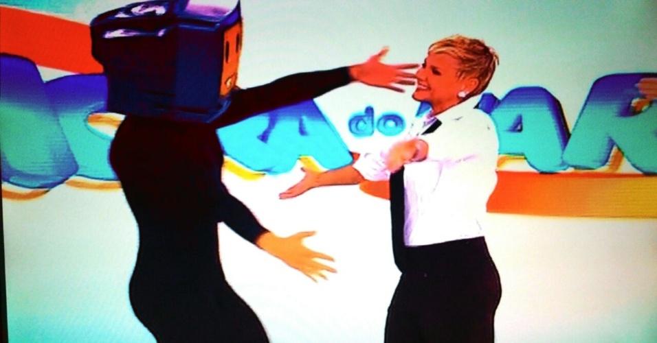 01.jul.2015 - Xuxa Meneguel aparece abraçando