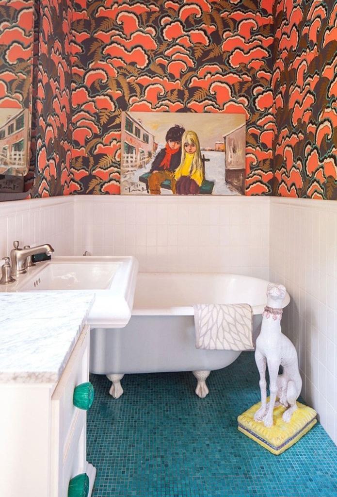 Excêntrico - Projetado por Tamara Kaye-Honey para o quarto de uma menina, este banheiro tem uma boa dose de ousadia: o piso recebeu pastilhas azuis e parte das paredes ganhou papel de parede vibrante. Objetos decorativos, com destaque para os quadros de Pierre Durrieu, complementam a ambientação